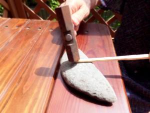 (8)の割箸の作り方。まず金槌で先端を叩きほぐす