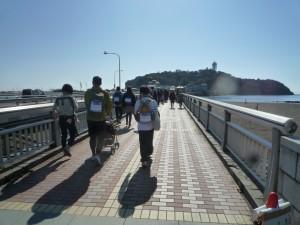 弁天橋を渡る。先に見えるのが江ノ島