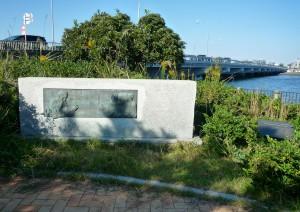 弁天橋まで戻って公園の左奥にあるモースの碑へ