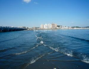海面下に弁天橋と並走する砂州に向かって(写真の)左右から波が打ち寄せ、白波を作り出す
