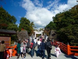 武田神社の入り口、朱色の神橋。七五三で多くの家族連れが