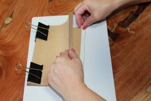 両面テープをはがす。1番下の11枚目から順に。1番上のテープははがさない