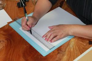 中身のクラフト用紙よりも上下左右1cm程度大きめに切る