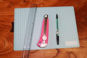 カッター、定規、ボールペンを用意