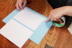 厚紙を裏返して、今度は厚紙前面にテープを貼っていく