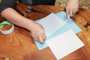 テープと間に隙間ができないように巾2cm,1cmのテープを使い調節しながら貼る。2枚目も同様。