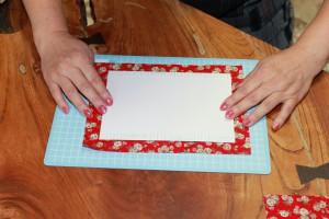 表紙カバーの布の中心に両面テープを貼った面を表にして置く
