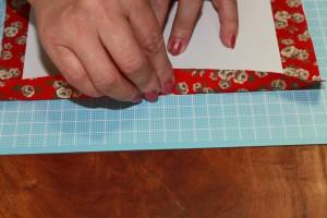 表紙カバーを内側に折ってくっつける。裏表紙のカバーでも同様に繰り返す