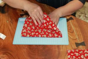 貼り付ける時、布を引っ張って皺ができないようにする。これを繰り返す