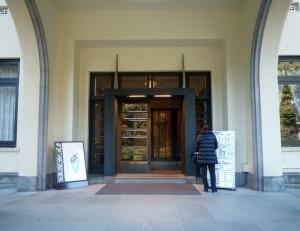 同美術館本館正面入り口
